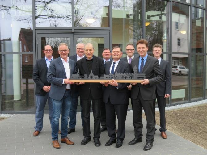 DasEms-Kontorwurdeoffizielleröffnet.OberbürgermeisterDieterKrone(vornerechts)gratulierteClemensSandhaus(vorne,2.v.r.)undallenamProjektbeteiligtenzurFertigstellungdesDienstleistungszentrums.