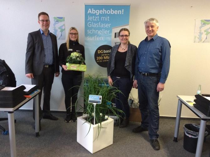v.l.ThomasBreer(ProjektleiterDeutscheGlasfaser),MelissaMoorkamp(BeraterinServicepunkt),NadineHoeftmann(StadtLingen)undUweDietrich(OrtsbürgermeisterHolthausen-Biene).